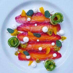 Gravlax de saumon à la bettrave et crème de wasabi légerement relevée, jeunnes pousses