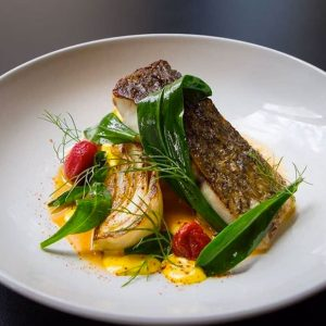 Pavé de Bar et ses légumes rôtis, jus de poisson, tomates confites et herbes fines