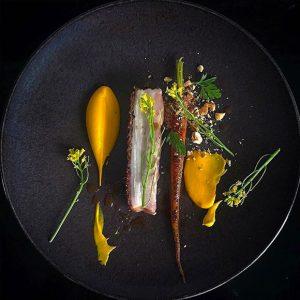 Poitrine de cochon fondante et ses carottes en deux texture, noisette concassée et jus de cochon aigre doux
