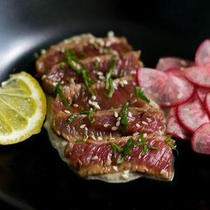 Tataki de boeuf dans sa marinade de soja, herbes fines et pickels de légumes