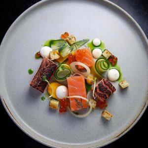 saumon en deux texture dans son décor fleuri, oeufs de saumon , créme légère infusé à l'aneth